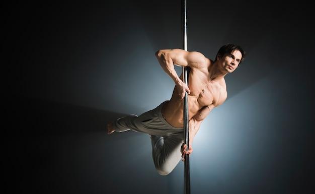 若い男性モデルのポールダンスの肖像画