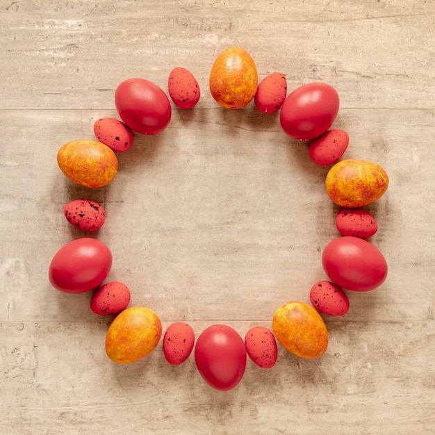 イースターの黄色と赤の塗装卵