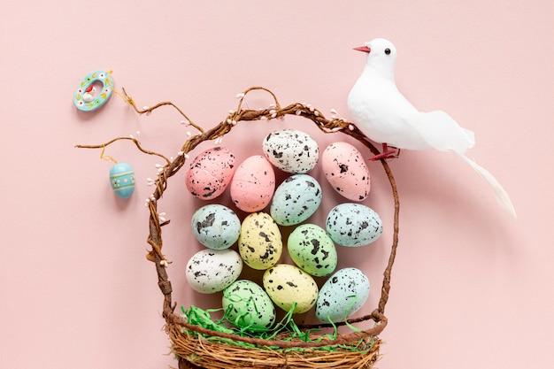 塗装卵とピジョンのバスケット