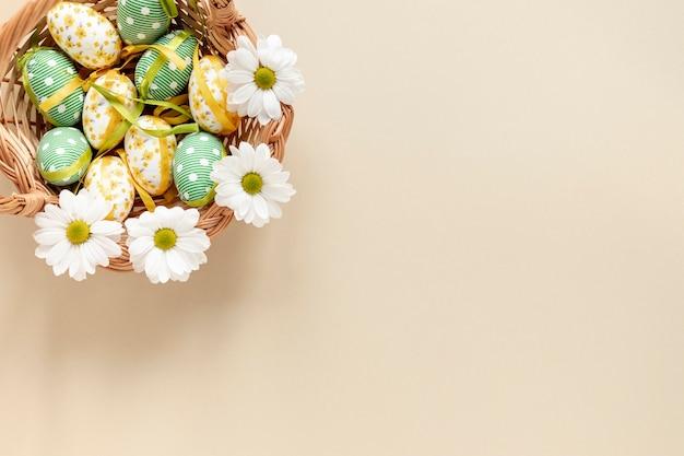 Вид сверху корзина с пасхальными яйцами