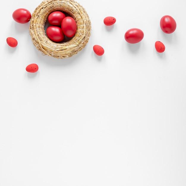 コピースペースを持つ赤い卵付きバスケット