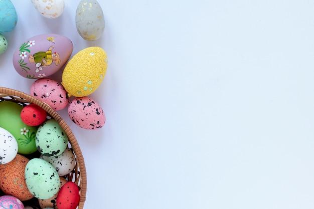 イースターのための塗装卵のコピースペースバスケット