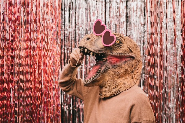 サングラスをかけた遊び心のある恐竜