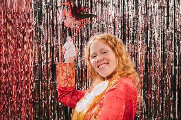 Смайлик в костюмированной женщине на карнавальной вечеринке