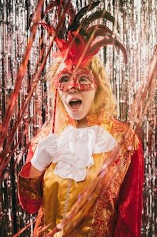 Вид спереди костюмированной женщины на карнавальной вечеринке