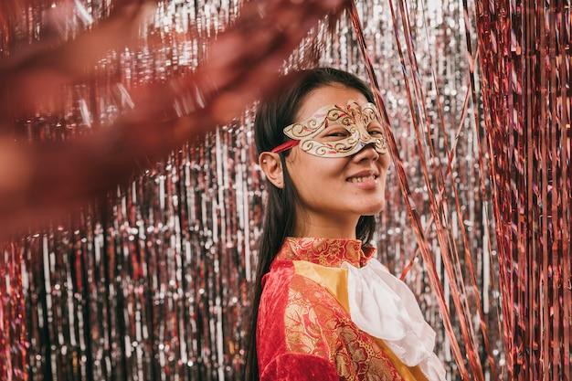 Низкий угол костюмированная женщина для карнавала