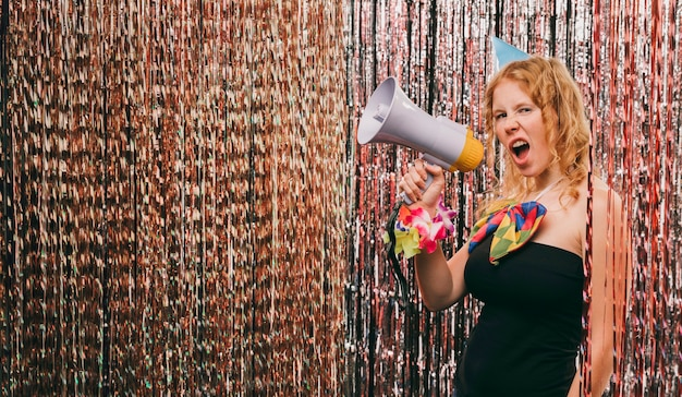 カーニバルパーティーでメガホンを持つ低角度の女性