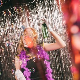 Высокий угол молодая самка, наслаждаясь карнавал