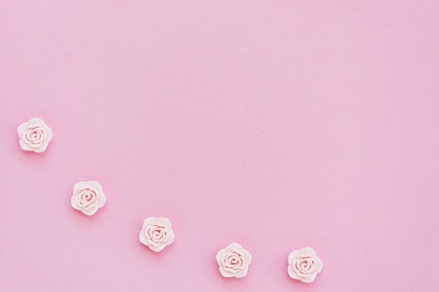 コピースペースでピンクの春のバラのフラットレイアウト