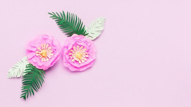 葉とカラフルな紙の春の花のトップビュー