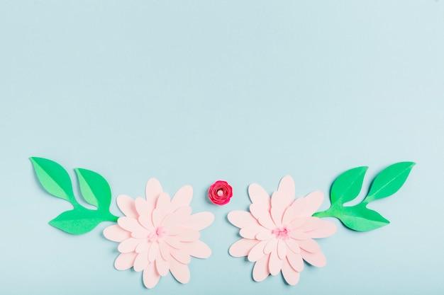Разноцветные бумажные весенние цветы с листьями