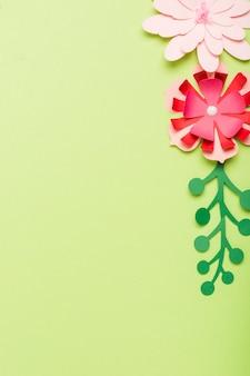 コピースペースを持つ紙の花のフラットレイアウト