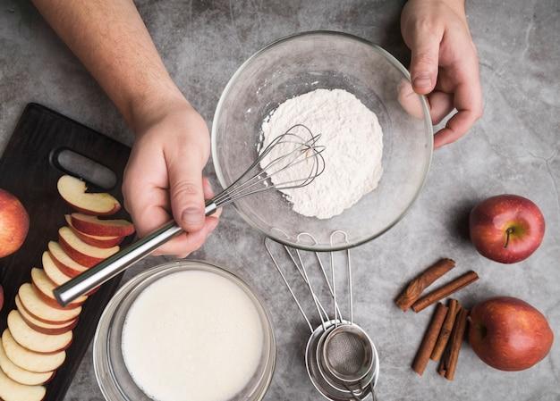 Вид сверху индивидуального приготовления десерта
