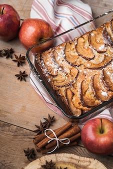 クローズアップリンゴとおいしいケーキ