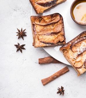 砂糖とケーキの新鮮なスライスをクローズアップ