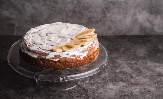 Крупным планом вкусный глазированный торт на столе