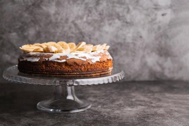 Вкусный торт с нарезанным бананом сверху