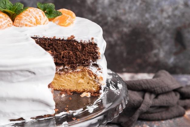 果物とクローズアップおいしい艶をかけられたケーキ