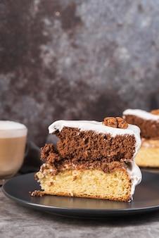 プレート上のケーキのおいしいスライスをクローズアップ
