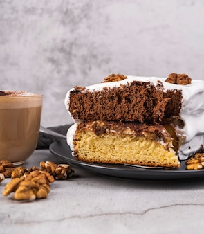 皿の上のケーキのクローズアップの自家製スライス