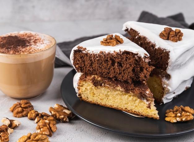 Крупным планом домашние вкусные кусочки торта