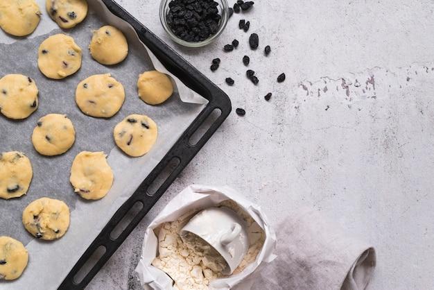 トレイ上のトップビュー自家製クッキー