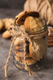 瓶の中のクローズアップチョコレートクッキー