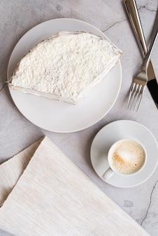Вид сверху вкусный кусок пирога на тарелке
