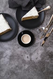 テーブルの上のコーヒーとケーキのトップビュースライス