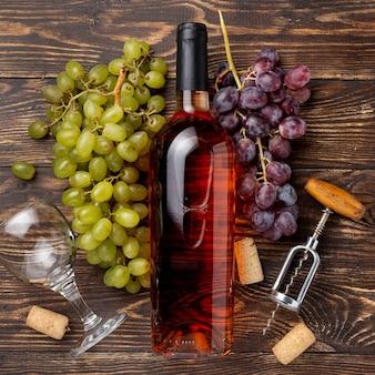 テーブルの有機ブドウで作られたワインのボトル