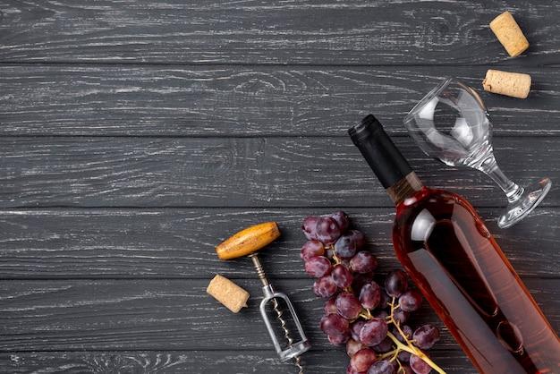 テーブルの上のワインのコピースペースボトル