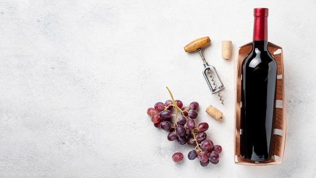 Вид сверху бутылка вина с копией пространства