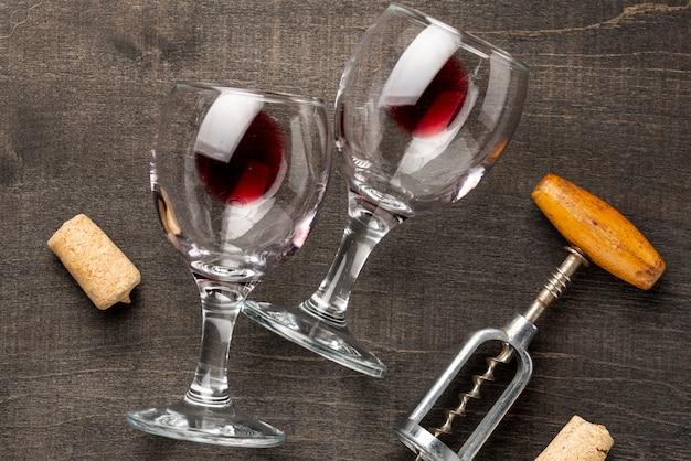 テーブルにフラットレイアウトワイングラスとコルク栓抜き