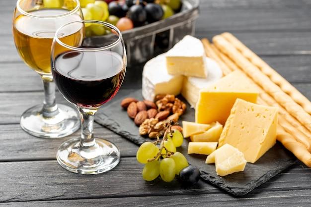 テーブルの上のチーズとワインの味