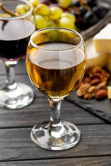 テーブルの上のワインの白と赤のガラス