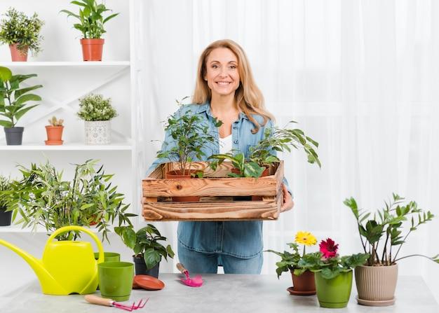 植木鉢を持つ女性の正面図