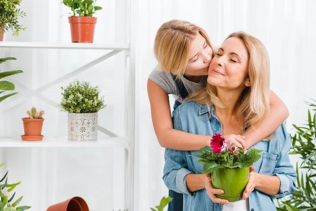 Дочь целует маму