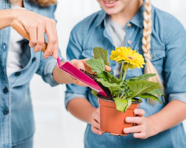 クローズアップ母と娘の花を植える
