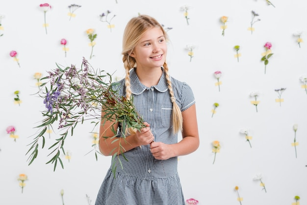 Улыбающаяся девушка с букетом цветов