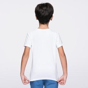 シャツの後ろを示す少年