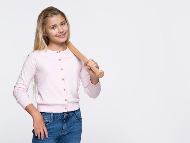 野球のバットを持つ少女