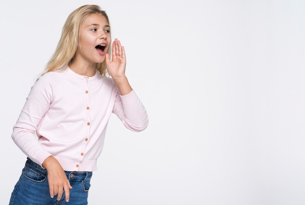 コピースペースで叫んでいるローアングル少女
