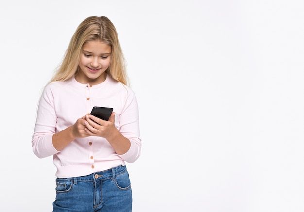 コピースペースで電話を使用して若い女の子