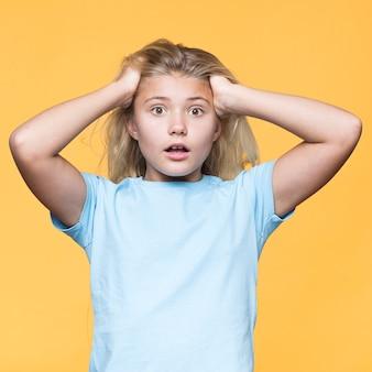 Молодая девушка беспокоится с желтым фоном