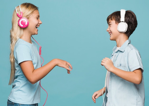音楽を聴く若い兄弟