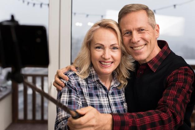 Счастливые родители, принимая селфи