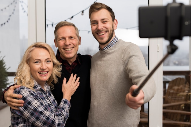両親と息子が自分撮りを撮る