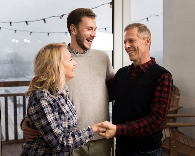 自宅で息子を抱きしめる笑顔の親