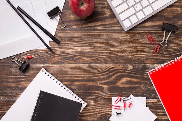木製の机の上の文房具のフラットレイアウト
