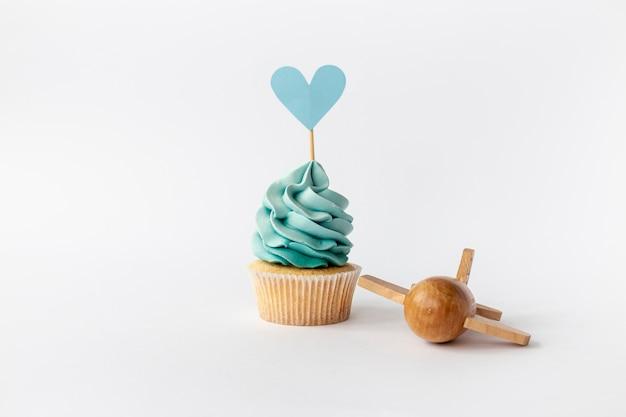 かわいい小さな男の子のカップケーキの正面図